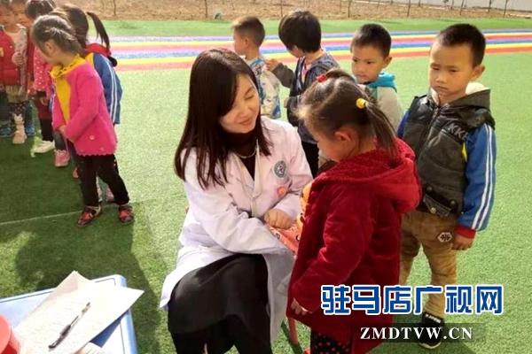 泌阳:健康扶贫义诊活动从幼儿开始