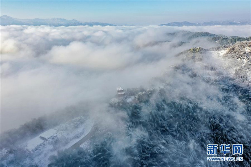 这是12月13日无人机拍摄的安徽省霍山县佛子岭镇竹海雪景。  佛子岭镇位于大别山腹地,竹海景观闻名遐迩。近日,当地迎来降雪天气,雪后的竹海云雾缥缈,竹林披上银装,景色迷人。 新华社发(徐程 摄)