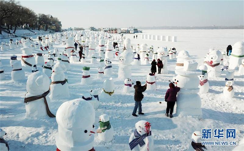1月2日,市民、游客在雪人群中游玩观赏(无人机拍摄)。2019个各式各样的雪人,近日在冰城哈尔滨市的松花江畔亮相,引来众多市民游客游玩观赏。新华社记者 王建威 摄