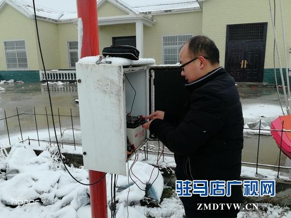 正阳县气象站设备保障人员冒雪抢修设备