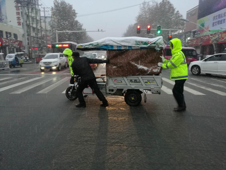 驻马店市雪松派出所启动恶劣天气预案防止交通拥堵