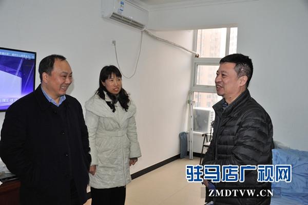 中原银行驻马店分行副行长陈惠军一行慰问信息技术部困难职工