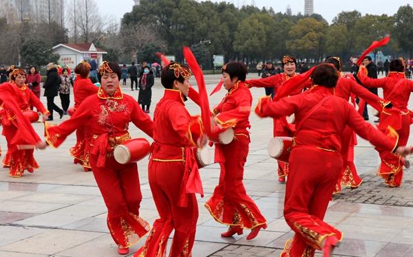 舞龙、耍狮、扭秧歌 驻马店民间艺术展演吸引数千市民围观