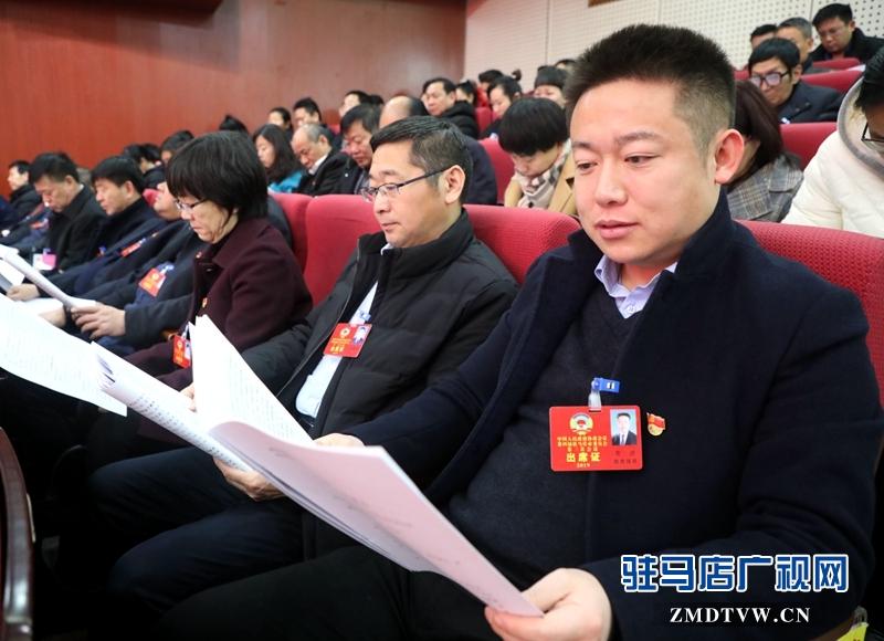 政协委员聆听政府工作报告