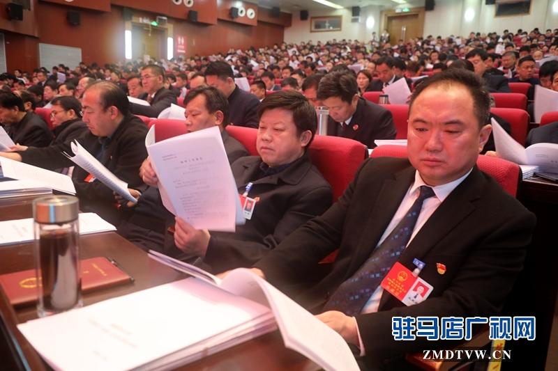 人大代表聆听政府工作报告