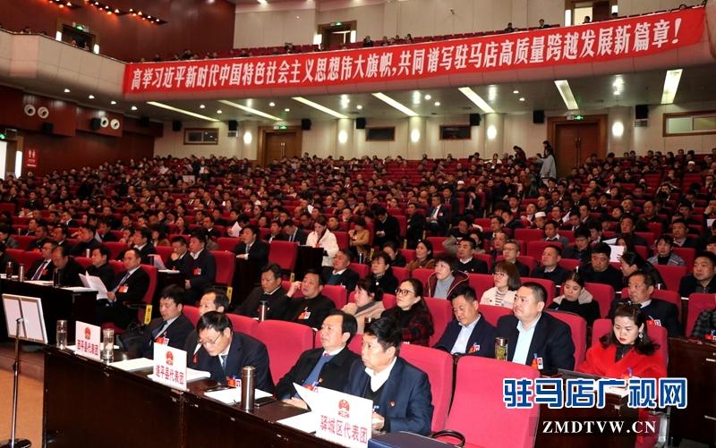 与会人大代表、政协委员聆听工作报告