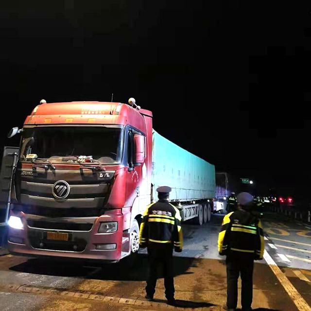 正阳:多部门联合治超  3台严重超限货车被查处