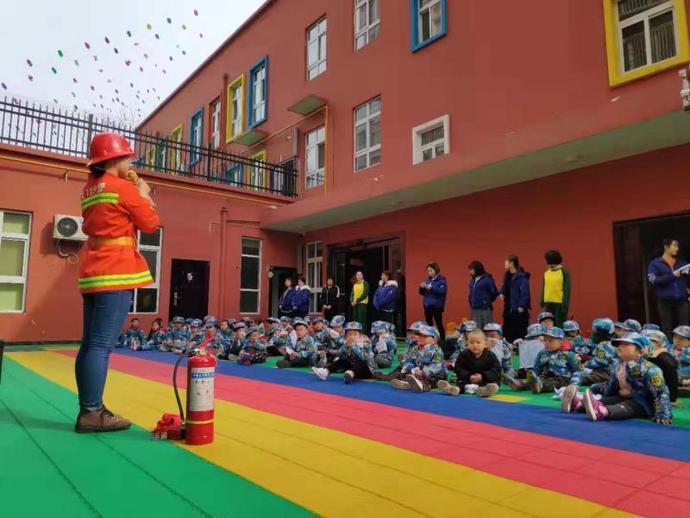 东方剑桥幼儿园举行消防演习活动