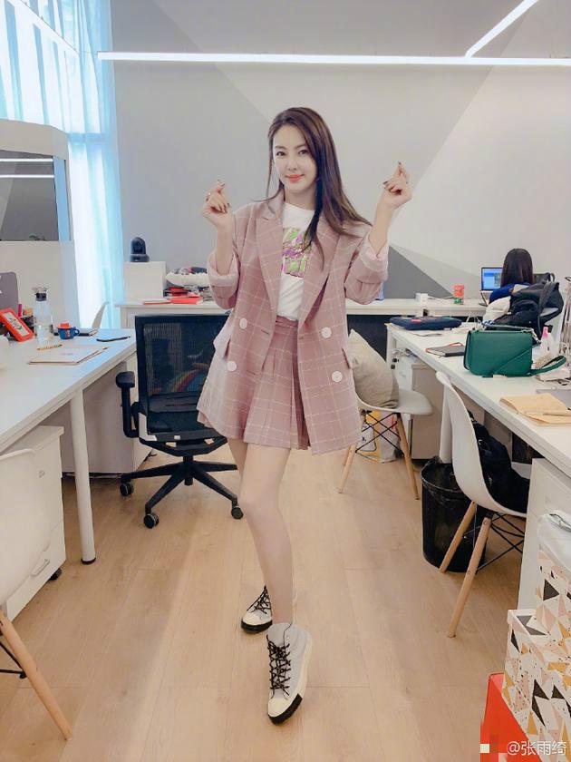 张雨绮录节目变身菜鸟助理 粉格子套装甜美又干练