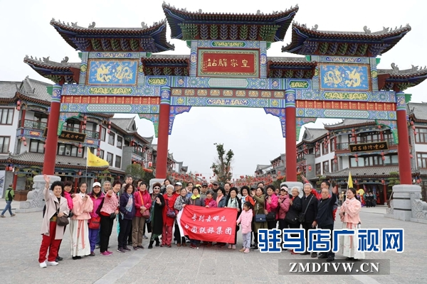 800名北京游客游览嵖岈山、皇家驿站、天中老街等景区后争相抢购驻马店名优土特产