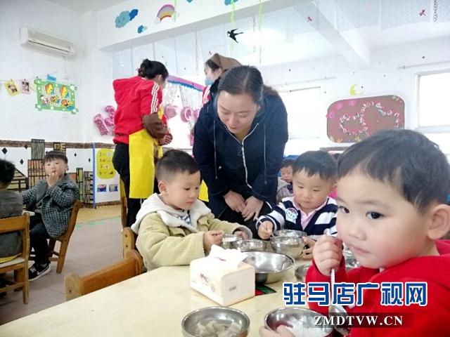 驻马店市各中小学幼儿园积极实行集中用餐陪餐制度