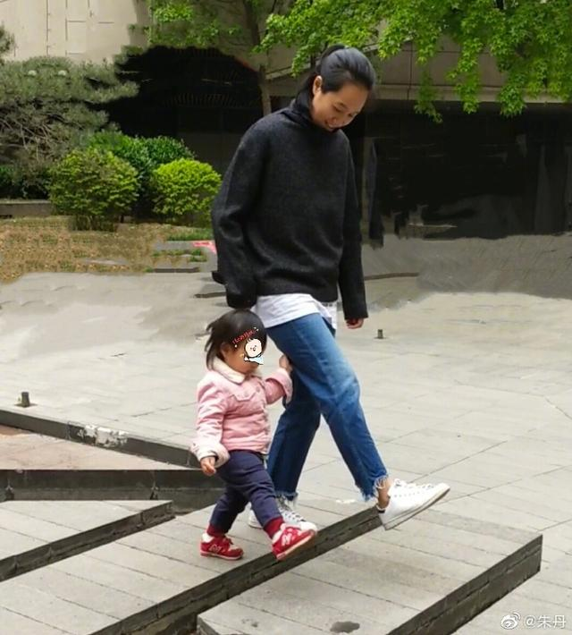 朱丹晒1岁半女儿照片,素颜出镜却被赞是母亲最美的样子