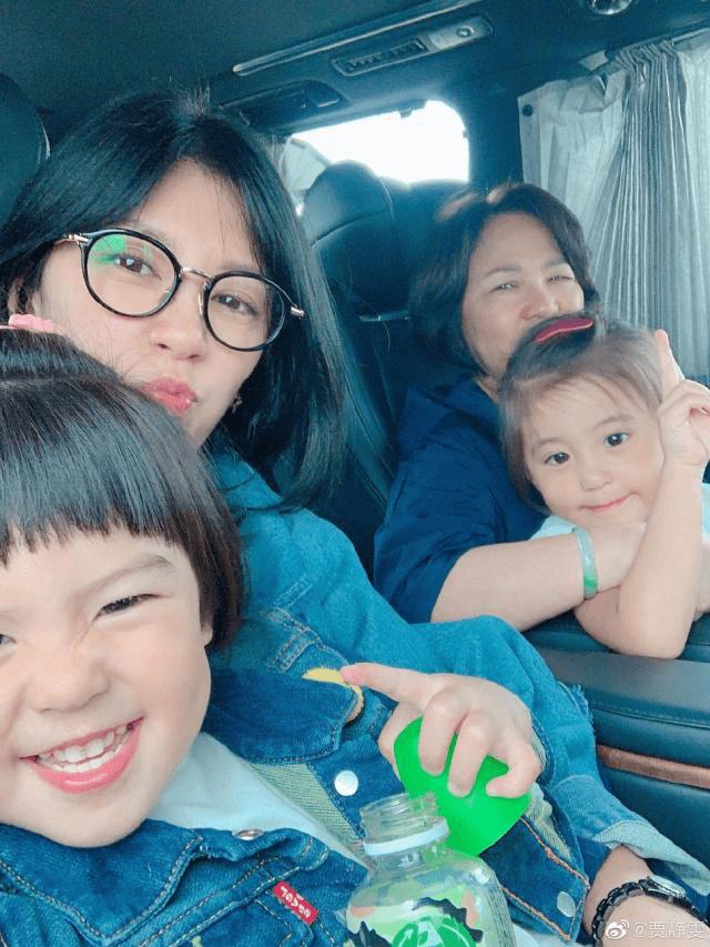 贾静雯带2个女儿与母亲游迪士尼,祖孙4人同框超温馨