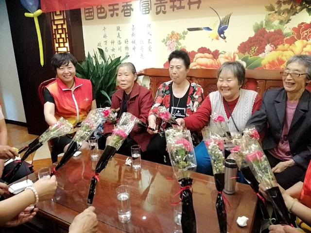 天中义工陪社区老人开心过母亲节