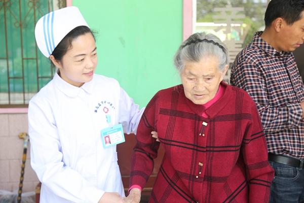 驻马店市中心医护人员慰问敬老院
