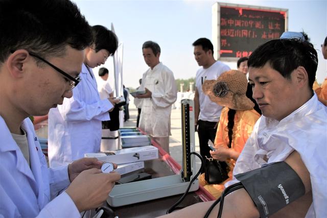 正阳县卫健体委开展世界家庭医生日宣传义诊活动