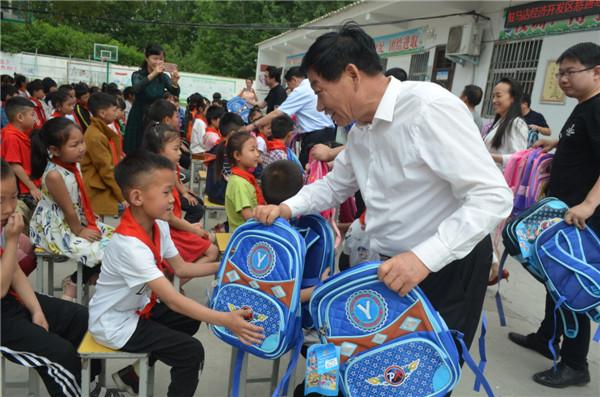 """开发区关工委开展""""六一""""儿童节慰问活动"""