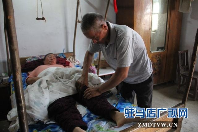 十年如一日风雨不弃   好丈夫照顾瘫痪妻子无怨无悔