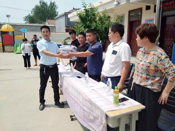 上蔡杨集镇外出创业人员为当地小学校捐赠校服