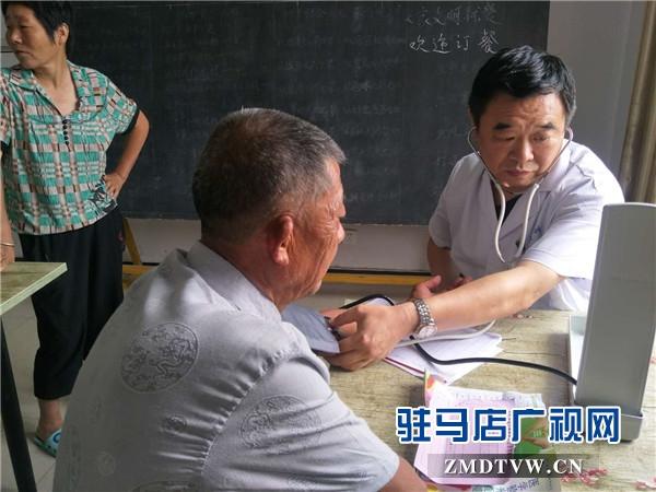 """新蔡尖峰眼科医院冒雨开展""""志智双扶""""义诊活动"""