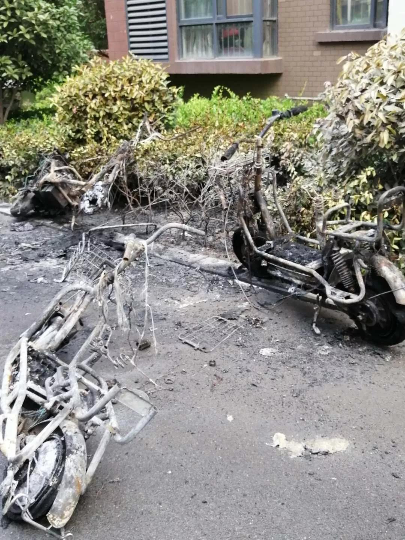 驻马店这个小区3辆电动车被烧得面目全非,起火原因?警钟长鸣!