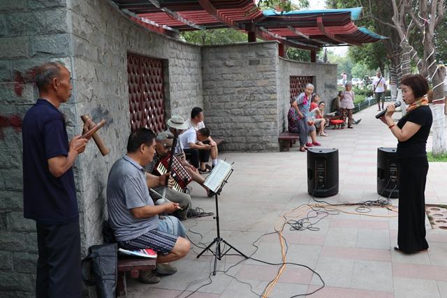 驻马店市区骏马河畔成为市民唱戏娱乐的舞台