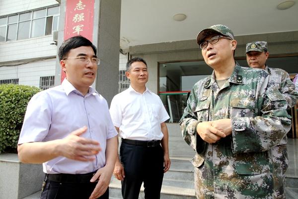 省军区司令员陈兆明一行到驿城区检查调研