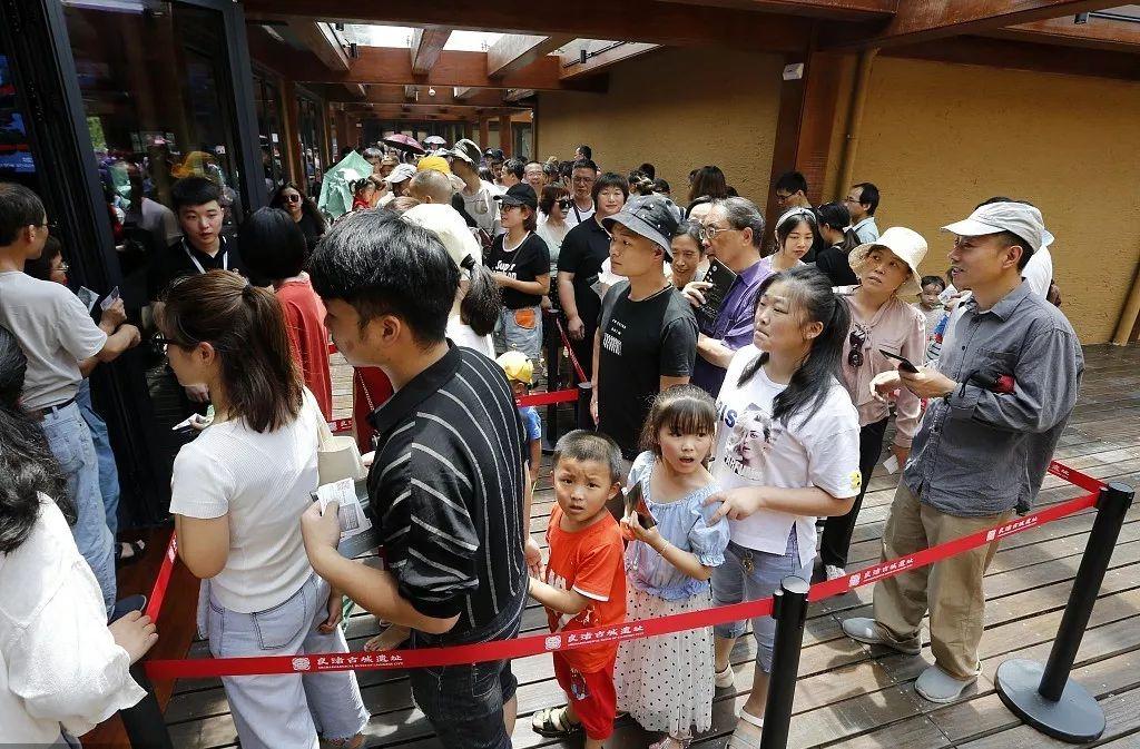"""上千人跑到良渚古城被拒之门外 全球景区迎来""""限流潮""""?"""
