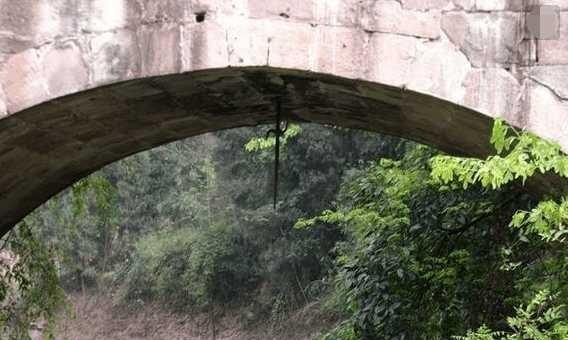 很多古桥下悬挂着文物斩龙剑,为何没人敢偷,专家也不敢研究?