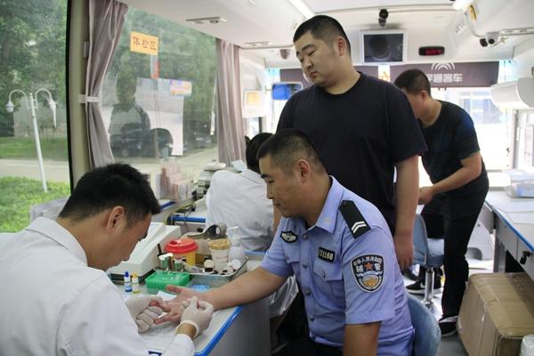 驻马店市近百名公安系统职工积极参加无偿献血