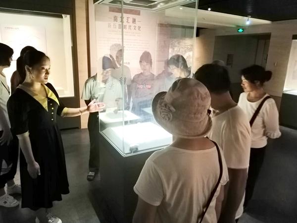 酷热暑期 市博物馆游客盈门