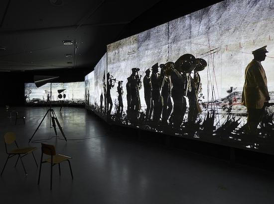 南非艺术家肯特里奇表现南非种族隔离的历史