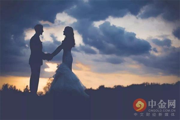 """结婚率再创新低 年轻人不结婚是因为""""穷""""吗?"""
