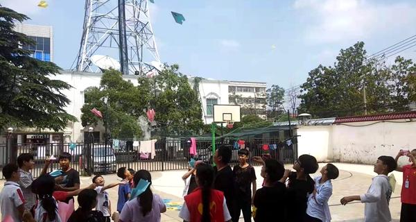 平舆县部分单位组织职工慰问福利院的孩子们