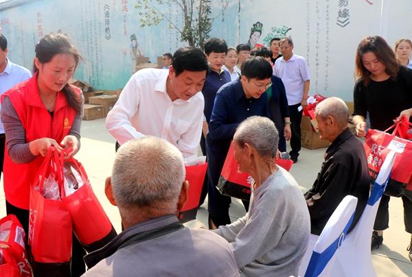 """经济开发区慈善总会联合区民政局重阳节前夕给高龄老人送""""礼物"""""""