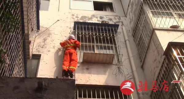 小孩爬窗跌落防盗窗雨棚 消防奋力救人