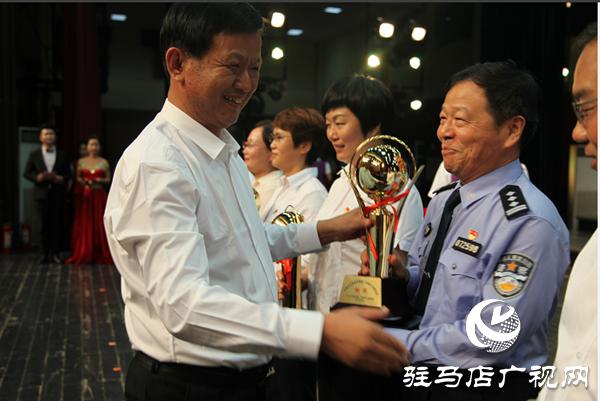 平舆县公安民警在新中国成立70周年歌咏比赛中获得铜奖