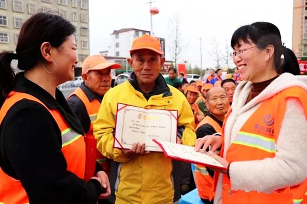 正阳县环卫工人欢度自己的节日