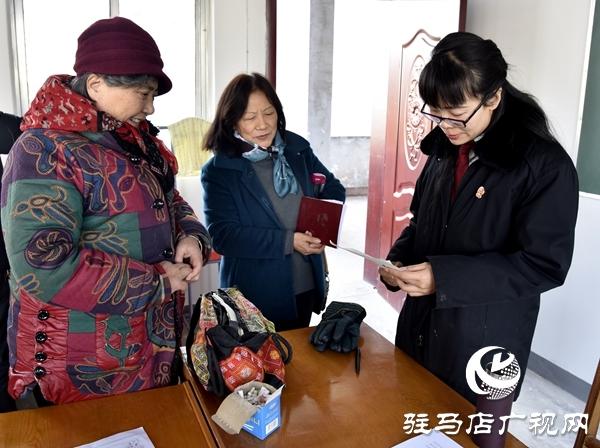 泌阳县法院法官让法律知识走进老年大学堂