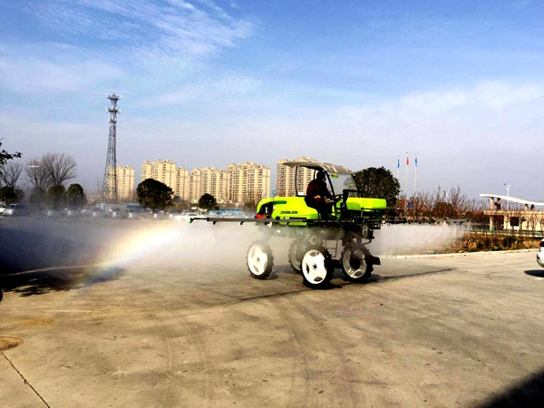 爱心企业捐赠两台喷杆喷雾机助力防疫忙春耕