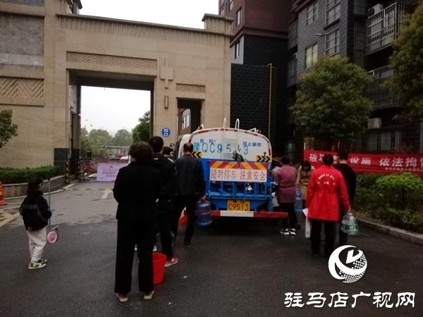 爆管后  6辆水罐车为停水区域居民送水