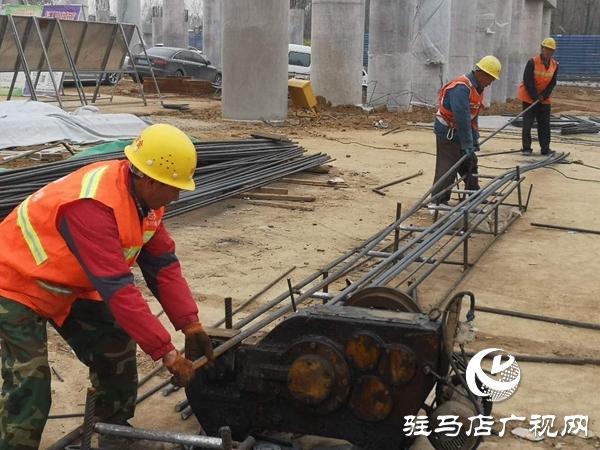 驻马店市汝河大桥首片箱梁成功安装预计今年11月份通车