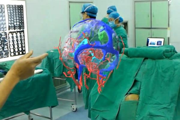 """市中心医院通过""""混合现实""""技术为一67岁患者解除病痛"""