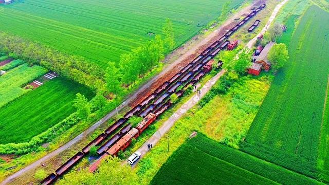 在汝南县老君庙火车站门口的铁轨上,一列K301/K303次列车已停靠车站近二十年。