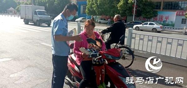遂平:公安干警街头介绍减灾防灾知识