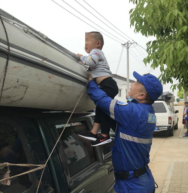 驻马店市红十字蛟龙应急搜救人员看望落井被救小男孩