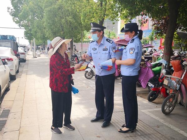 遂平:公安干警走上街头 教你识别骗子手段