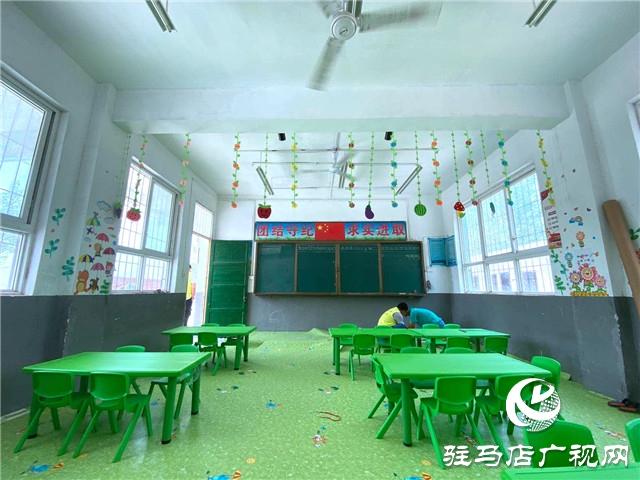 驻马店阳光助学志愿者为留守儿童改造教室