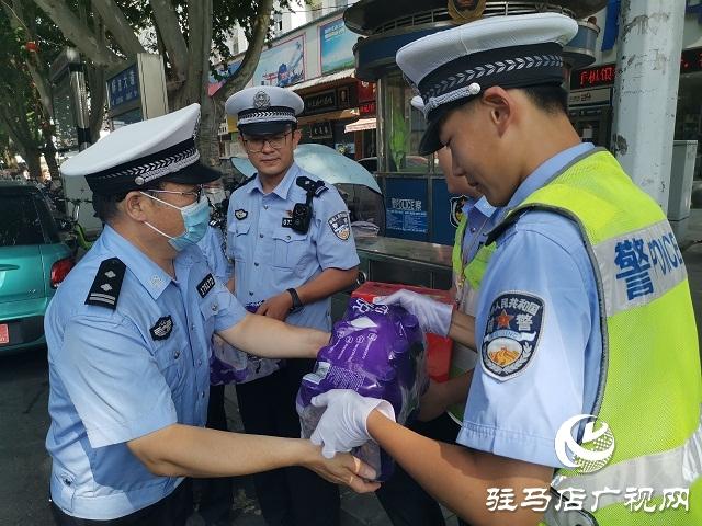 向坚守在高温一线的人民警察致敬!