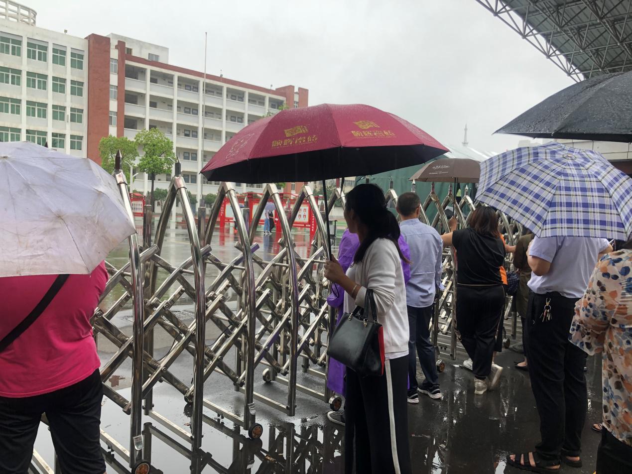 驻马店市第九中学:用爱心和细心,为考生撑起一片晴天